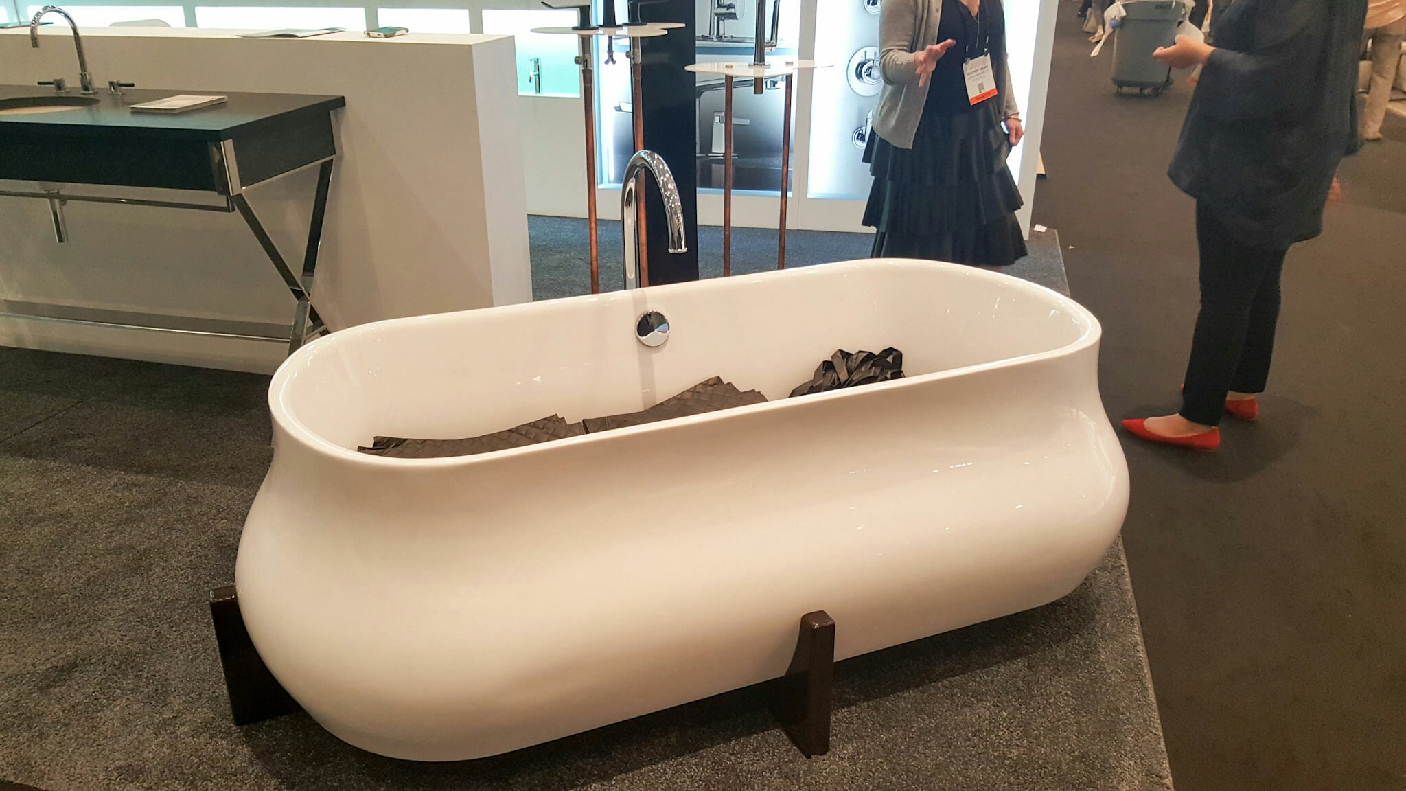 Free standing soaking tub